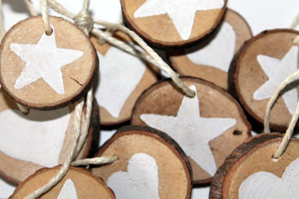DIY, Basteln: Astscheiben Stern und Herz als Christbaumanhänger oder Geschenkanhänger in Weihnachtsdekoration, Wohndekoration und Geschenkideen - DIYCarinchen