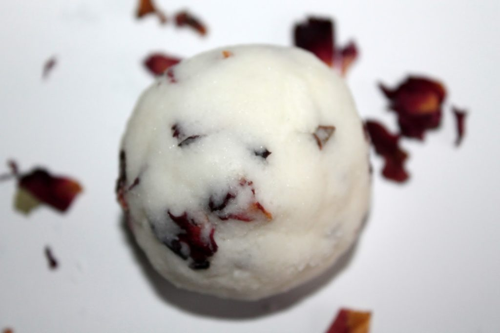 DIY, Basteln: Badebomben / Badekugeln mit getrockneten Rosenblättern als Geschenkidee und Wohndekoration - DIYCarinchen
