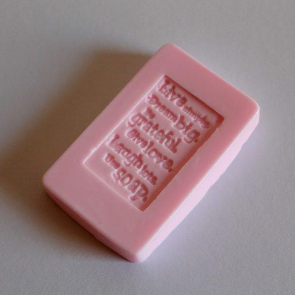 DIY Seife mit Stempeldruck einfach selber machen - Geschenkidee