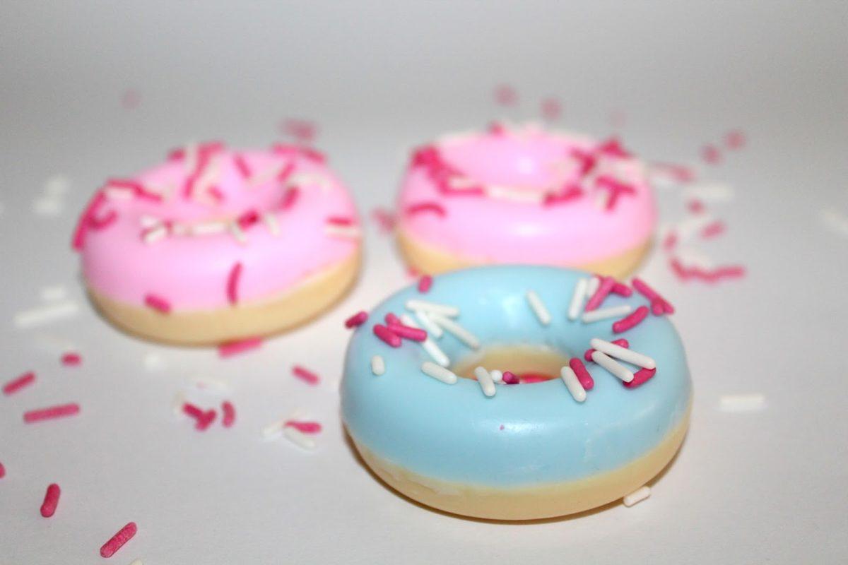 DIY Donut Seife rosa und blau einfach selber machen - Geschenkidee