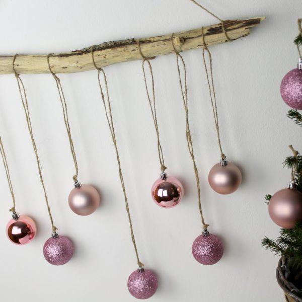 DIY ausgefallene, weihnachtliche Wanddekoration aus Treibholz mit Christbaumkugeln selber machen