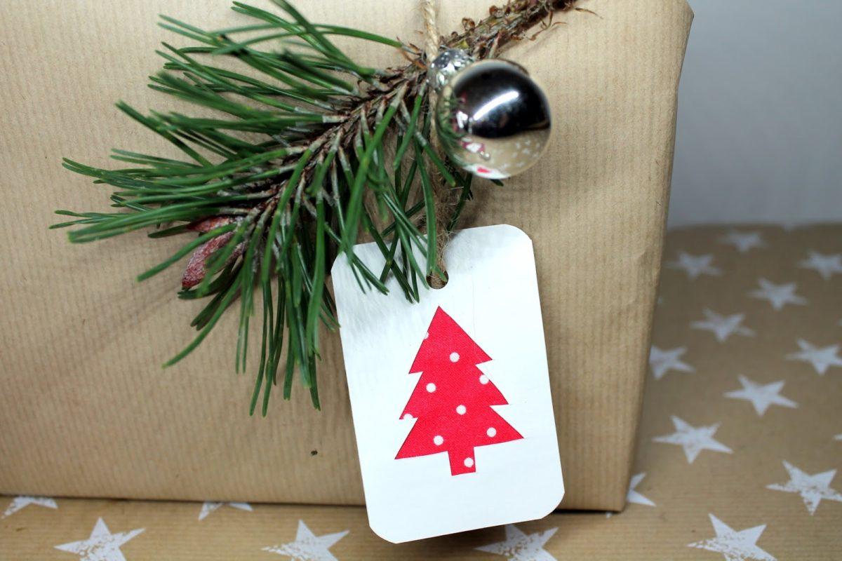 Es ist Weihnachtszeit! DIY Weihnachtsgeschenkanhänger mit Stoff ganz einfach selber machen!