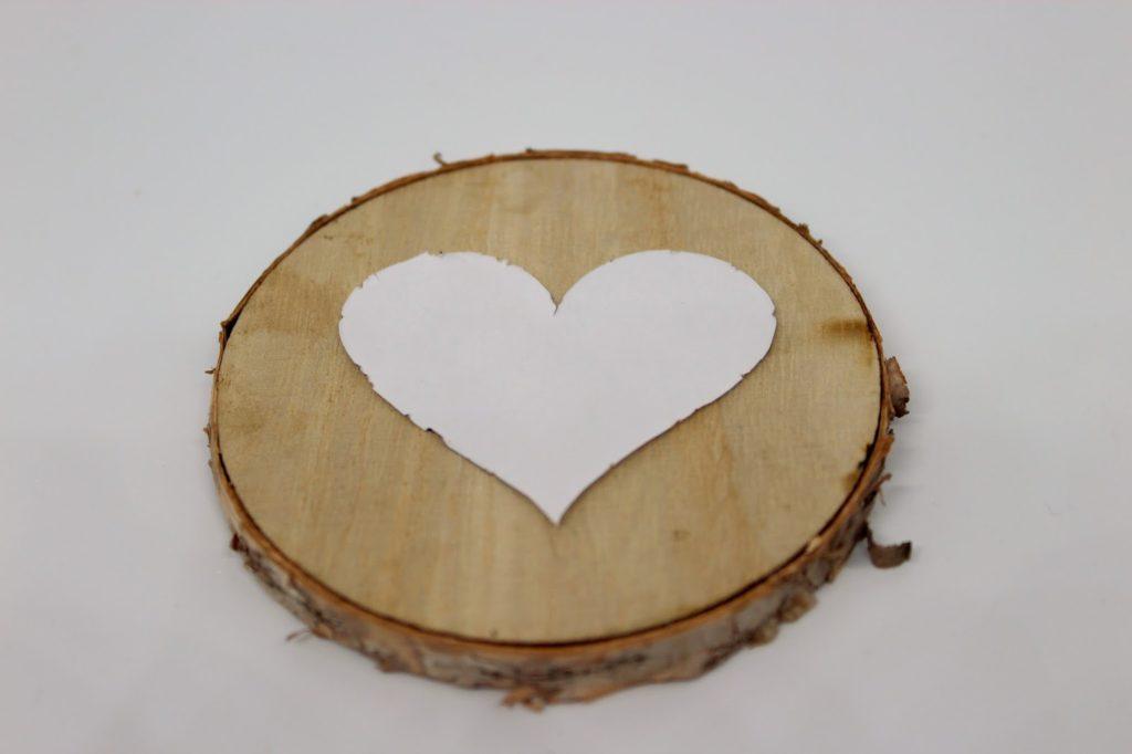 DIY, Basteln: Geschenk zum Valentinstag Baumscheibe mit Wollherz, Geschenke und Geschenkideen - DIYCarinchen