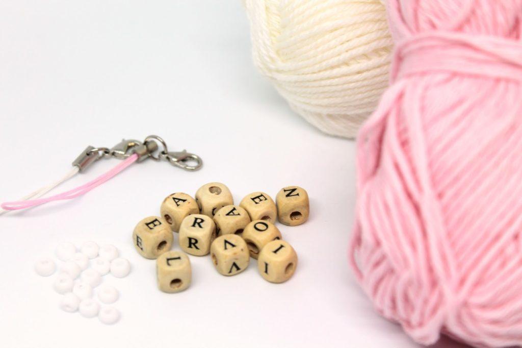 DIY, Basteln: Schlüsselanhänger basteln mit Pompons, Mitbringsel, Weihnachtsgeschenk und Geschenkideen - DIYCarinchen
