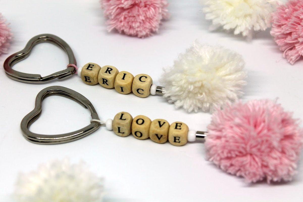 Ein Geschenk von Herzen: DIY Pompon Schlüsselanhänger selber machen