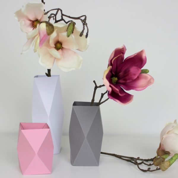 DIY Origami Vasen in weniger als 5 Minuten selber machen {mit gratis Schnittmuster} / Geniale Dekoration aus Papier