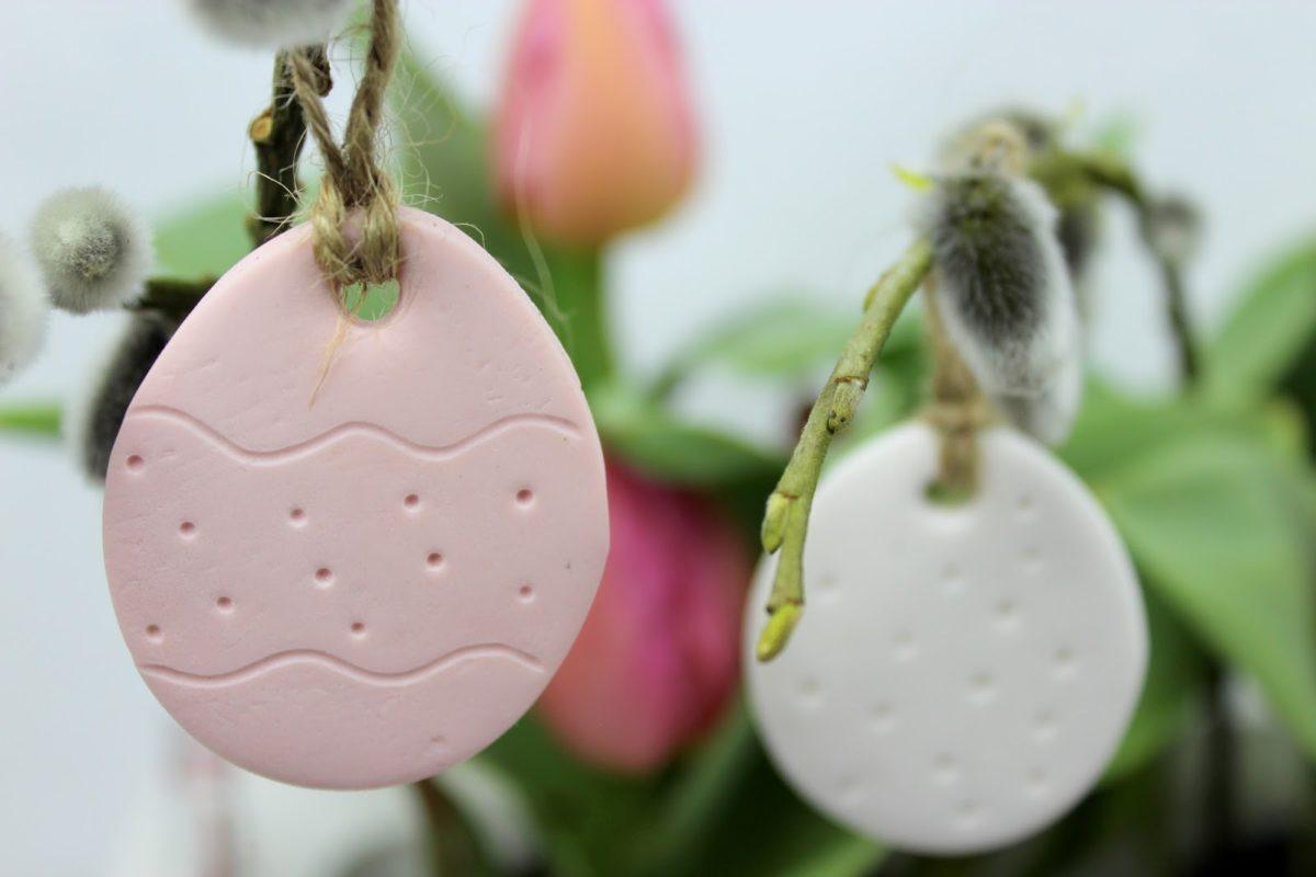 DIY Ostergesteck mit kleinen Osteranhängern aus Fimo selber machen - die perfekte Osterdekoration