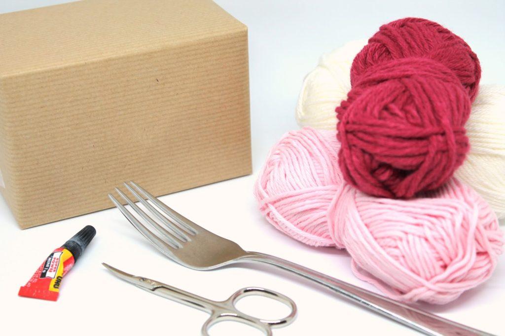 DIY, Basteln: Geschenke wunderschön und individuell mit Pompon verpacken, Mitbringsel, Weihnachtsgeschenk und Geschenkideen - DIYCarinchen