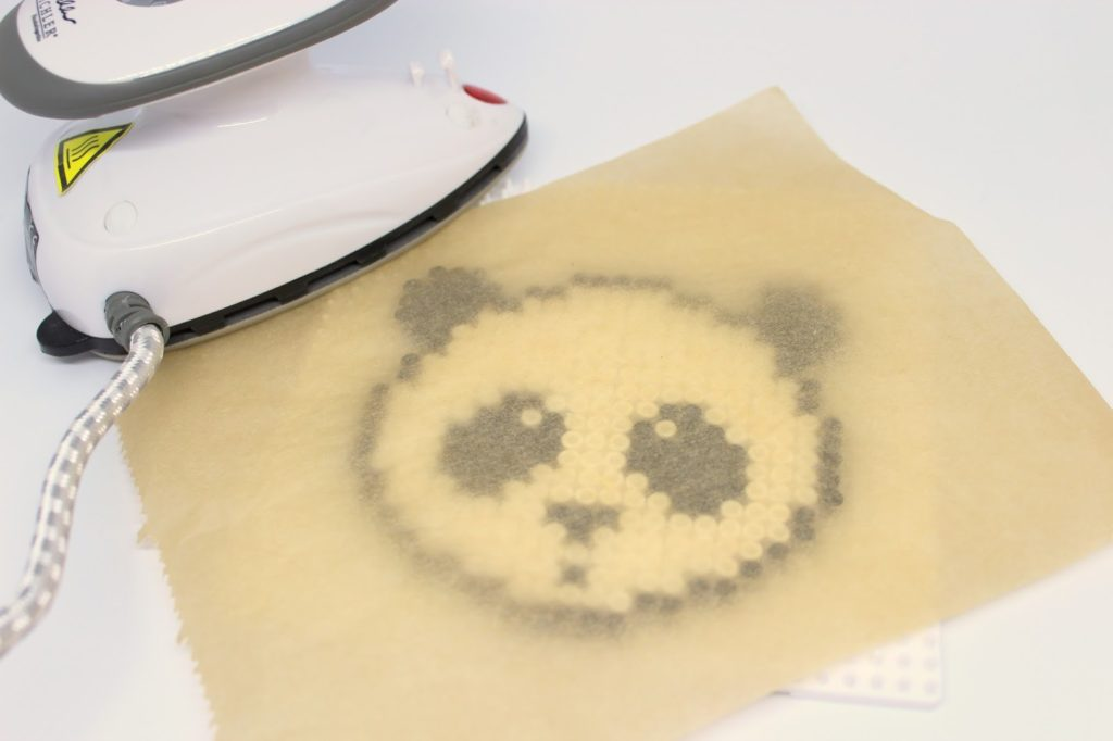 DIY Bügelperlen Getränkeuntersetzer Panda ganz einfach selber machen - geniale Bastelidee für groß und klein