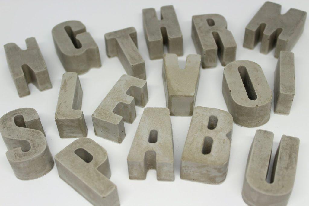 DIY Beton Buchstaben ganz einfach in wenigen Bastelschritten selber machen - tolle Dekoration für drinnen und draußen