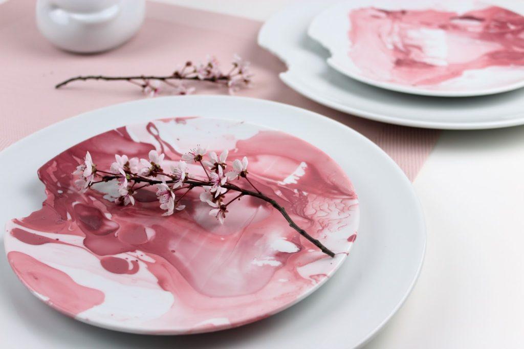 DIY Teller ganz einfach mit Nagellack marmorieren - ein echter Hingucker