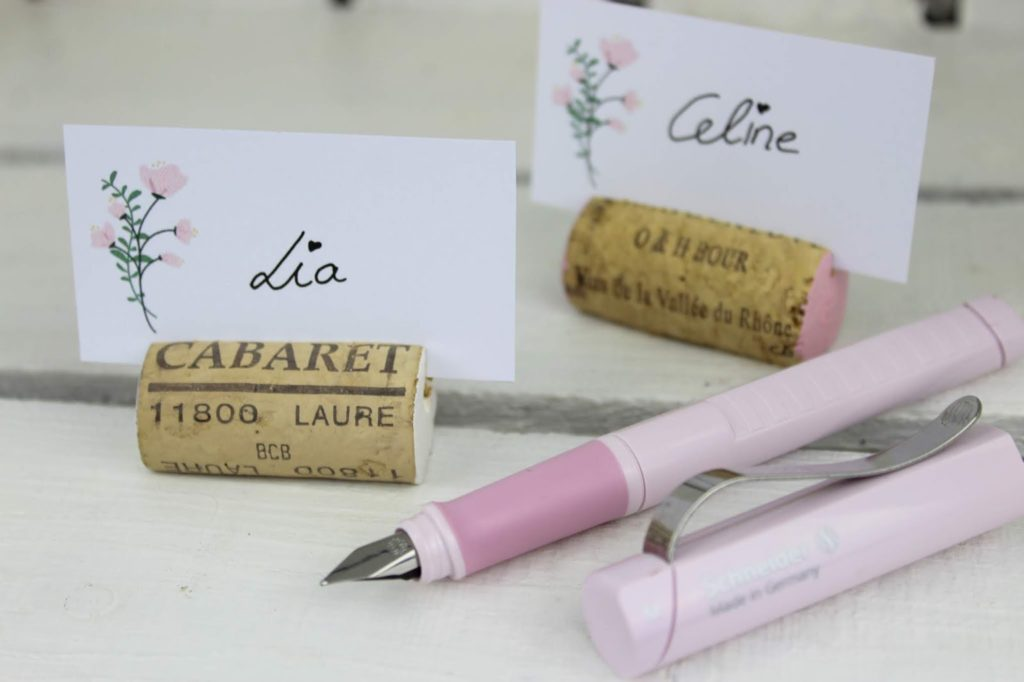 DIY Tischkarten aus Weinkorken ganz einfach selbermachen mit dem Schneider Base rosé - ideal für die Hochzeit