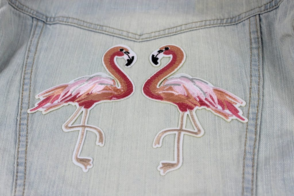 DIY: 3 geniale, schnelle und einfache Flamingo Bastelideen - Flamingo Patch Jacke