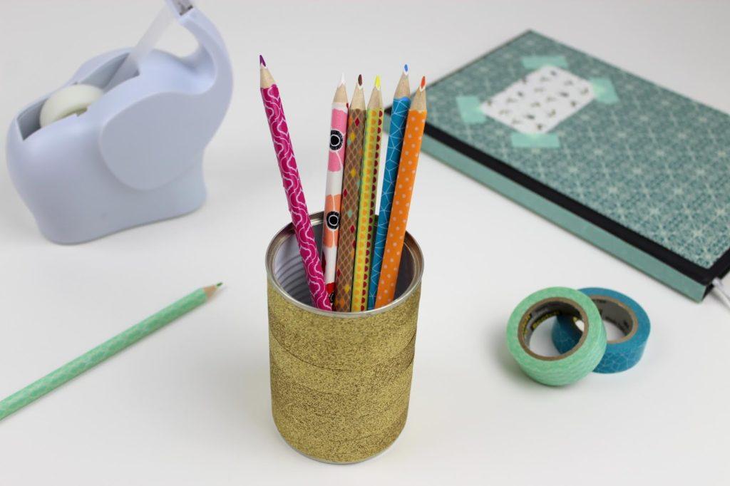 Stiftehalter mit Washi Tape bekleben - DIY: 5 coole und schnelle DIYs mit Washi Tape - perfekt für den kreativen Arbeitsplatz oder für den Schulanfang