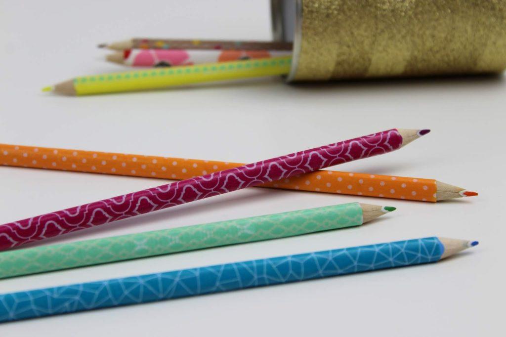 Stifte mit Washi Tape bekleben - DIY: 5 coole und schnelle DIYs mit Washi Tape - perfekt für den kreativen Arbeitsplatz oder für den Schulanfang