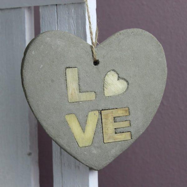 DIY Betonherz mit Holzbuchstaben LOVE selber machen - süße, kleine Hängedeko