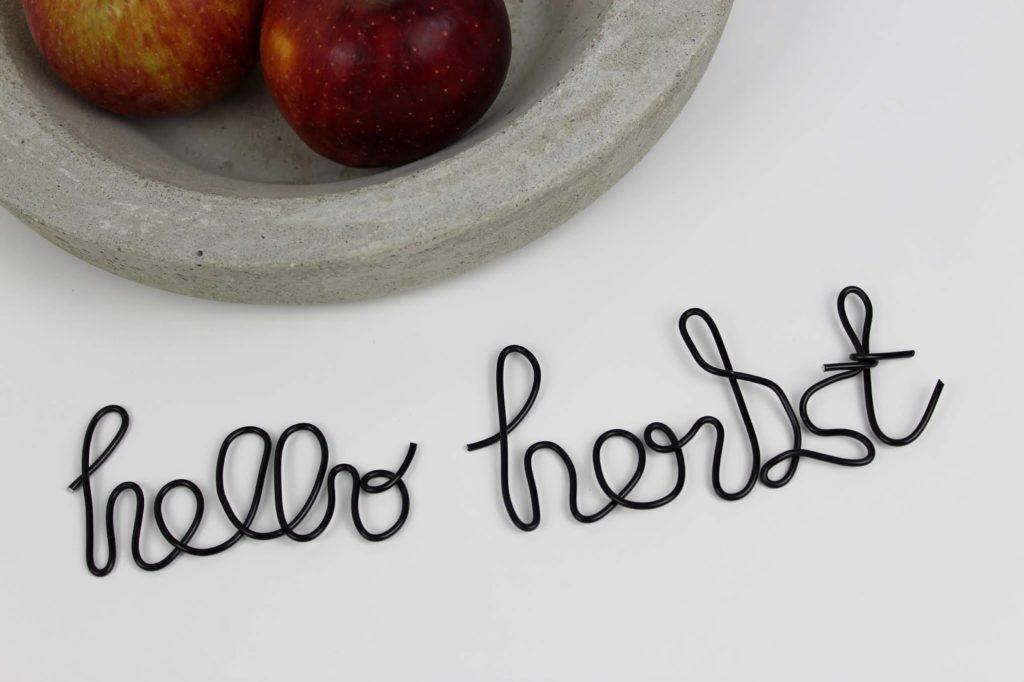 DIY Hallo Herbst: Lettering mit einem Draht ganz einfach selber machen - super Herbstdeko