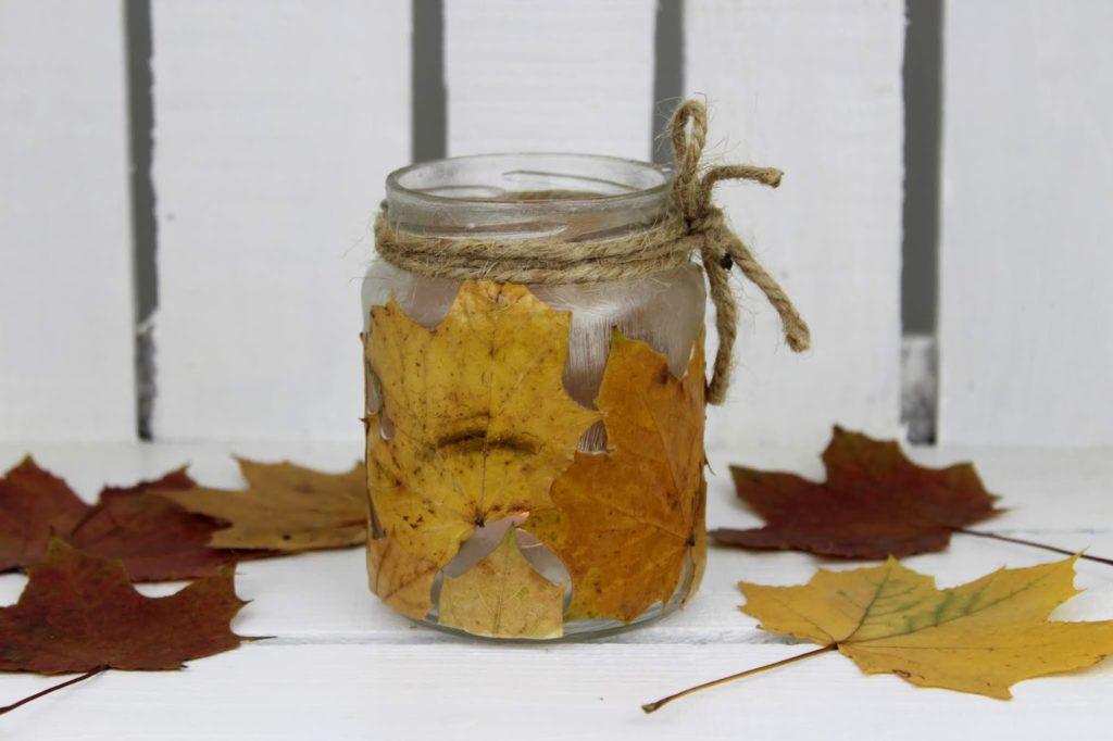 DIY herbstliches Windlicht mit Ahornblättern - wunderschöne und schnelle Herbstdeko