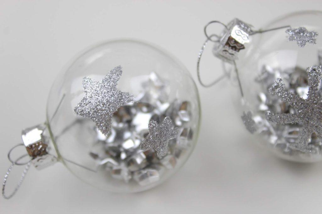 DIY Gutschein Christbaumkugeln mit Glitzer verzieren und befüllen - eine tolle Geschenkidee und Weihnachtsdeko