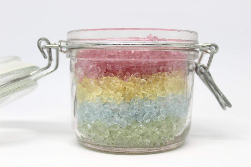 DIY buntes Regenbogen Badesalz selber machen - eine süße Geschenkidee + kostenlose Vorlage zum Ausdrucken