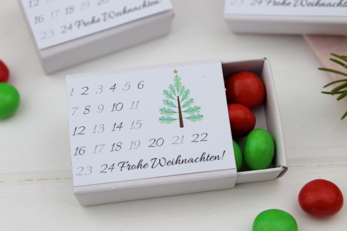 Adventskalender in einer Streichholzschachtel mit Süßigkeiten gefüllt