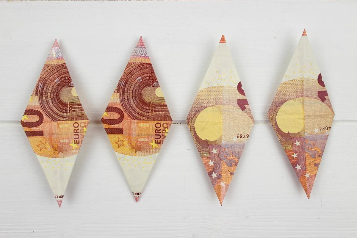 Origami Stern mit 10 Euro Scheinen auf einem Geschenk