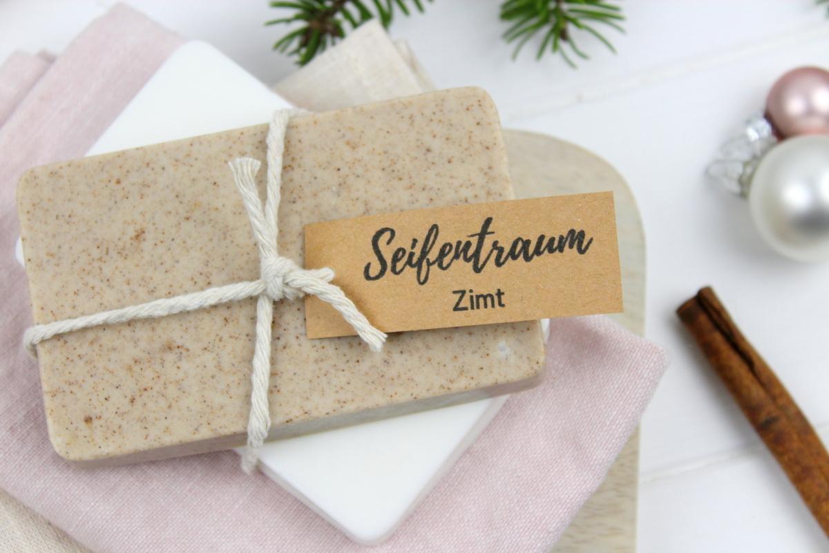 weiße und braune selbstgemachte Zimtseife als Weihnachtsgeschenk verpackt