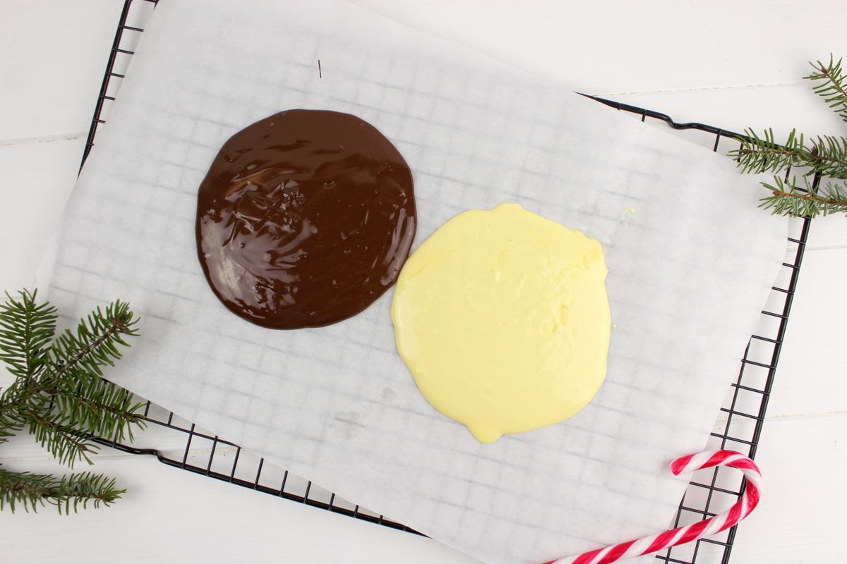 weihnachtliche Bruchschokolade mit weißer- und Zartbitterschokolade