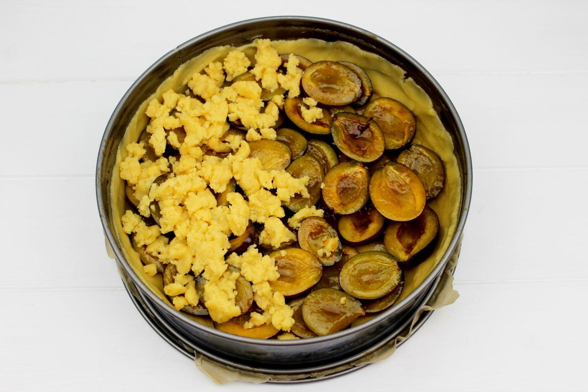 saftiger Pflaumenkuchen mit Streusel und Puderzucker