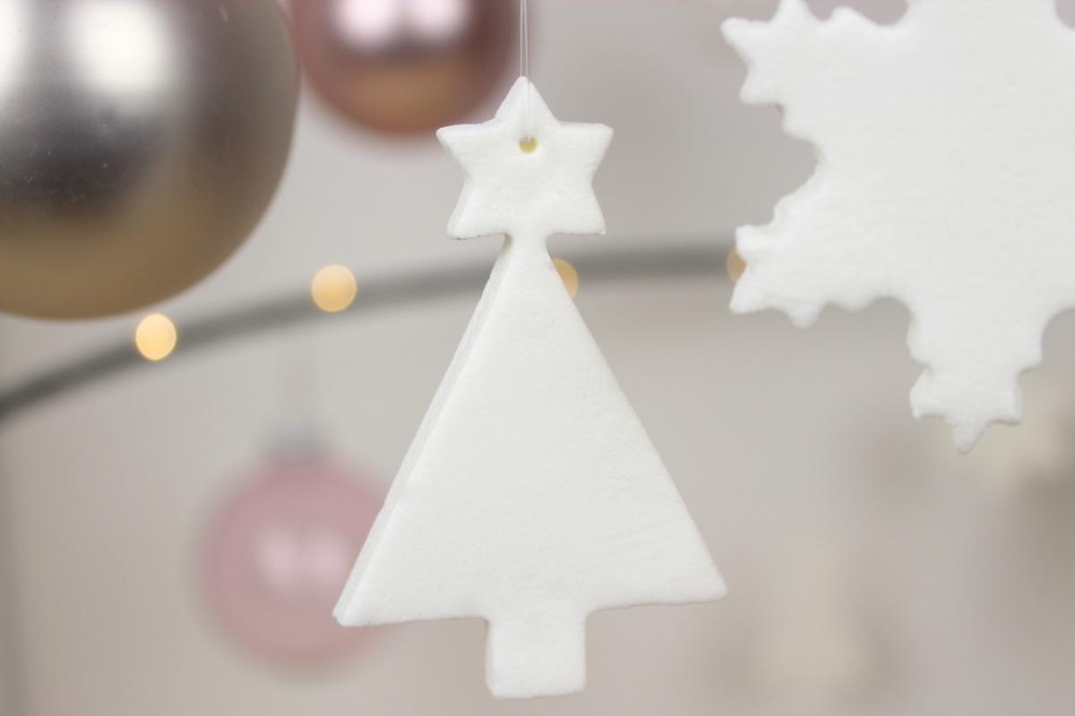 weihnachtliche Christbaumanhänger aus Kaltporzellan