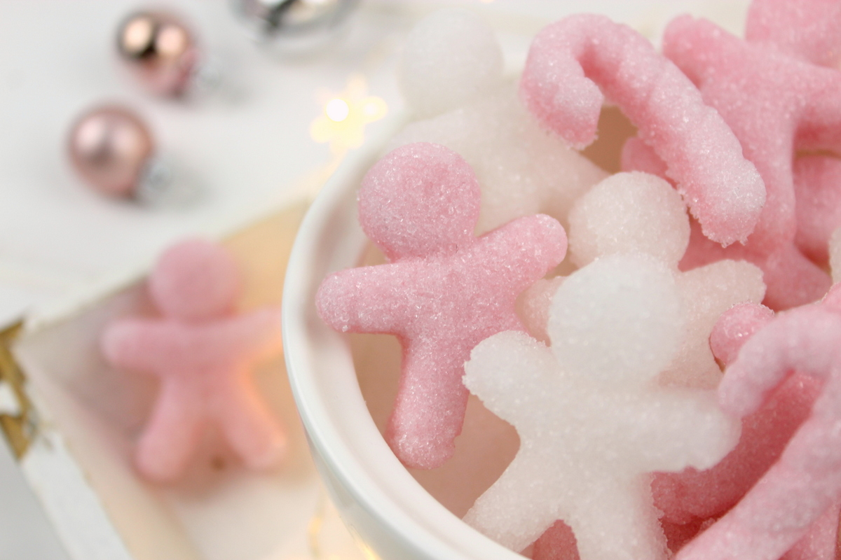 selbstgemachte Lebkuchenmänner aus Zucker in rosa und weiß