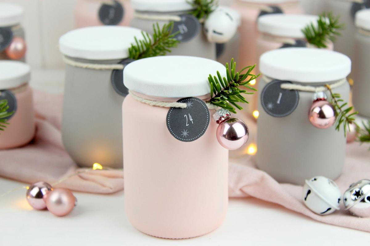 Upcycling Adventskalender aus alten angesprühten Gläsern mit Kreidefarbe in rosa und grau