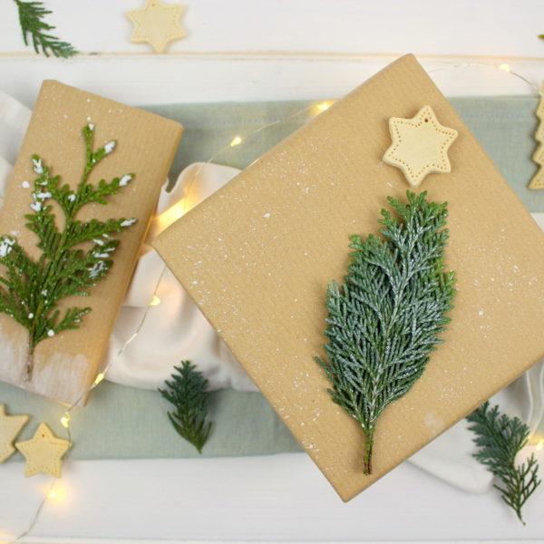 Selbstgemachte Geschenkverpackung zu Weihnachten mit Tanne / Konifere