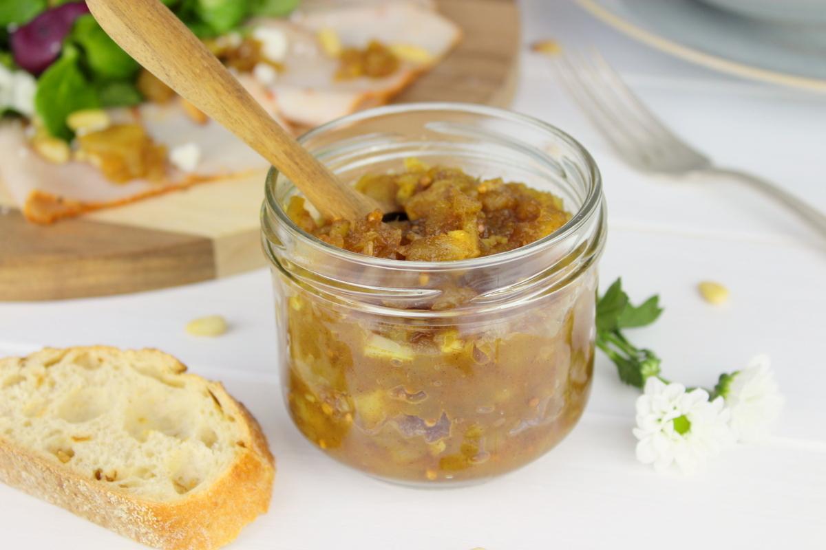 Puten Carpaccio mit Apfel-Zwiebel-Chutney und buntem Salat