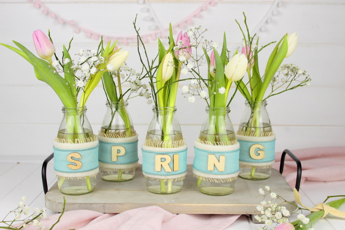 Upcycling Frühlingsdeko aus alten Flaschen mit Bändern