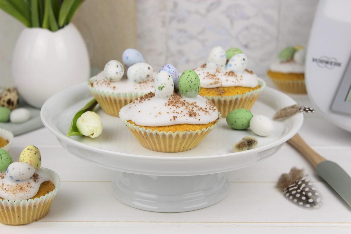 Karottenkuchen Muffin mit Zuckerguss und Ostereiern