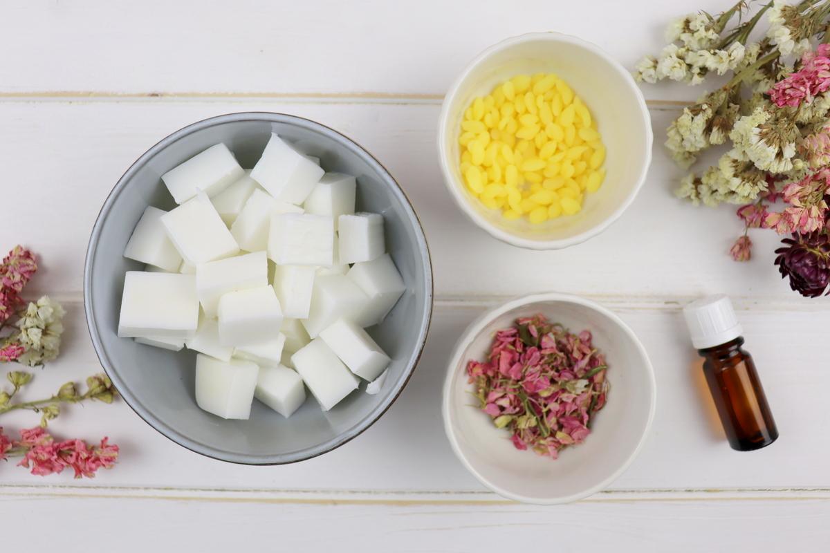 DIY selbstgemachte Seife mit getrockneten Blütenblättern