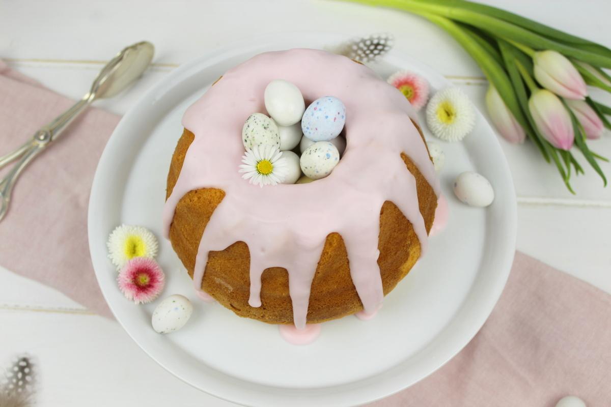 super leckeres Vanille-Gugelhupf Rezept mit rosa Zuckerguss und Ostereiern