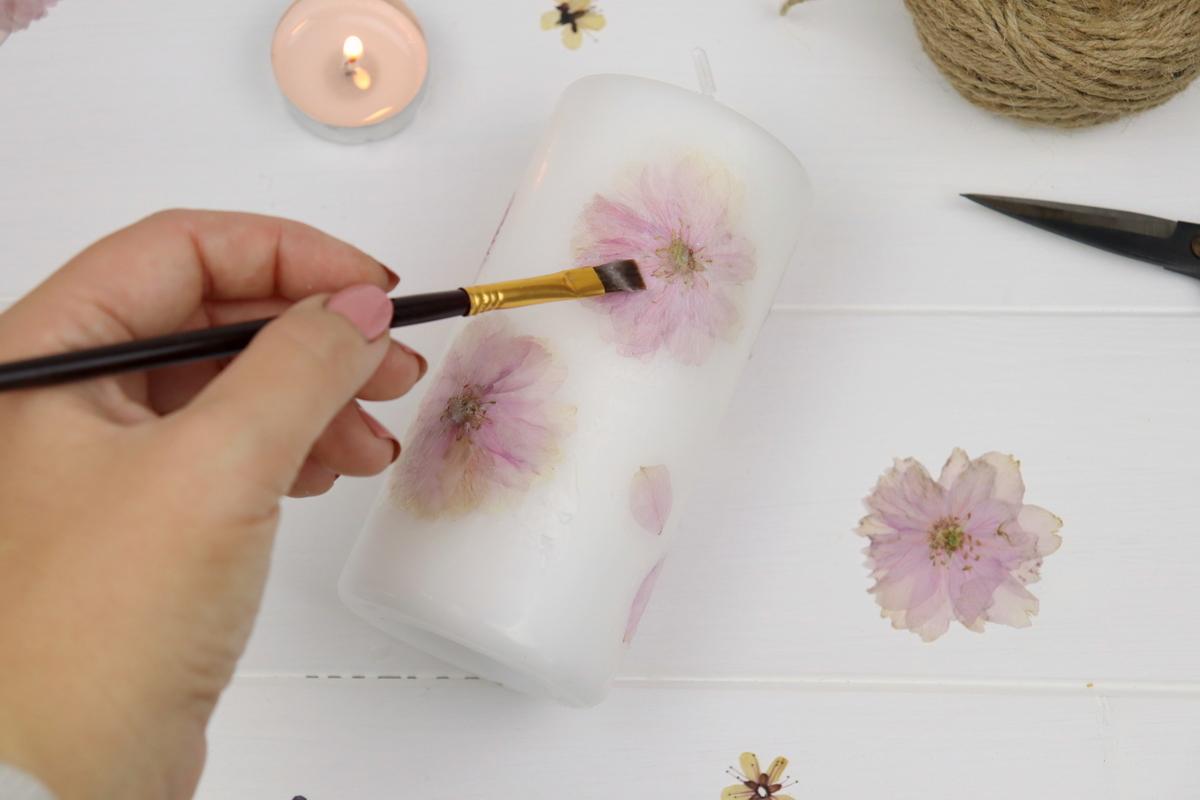 DIY Kerze mit getrockneten Blumen verziert