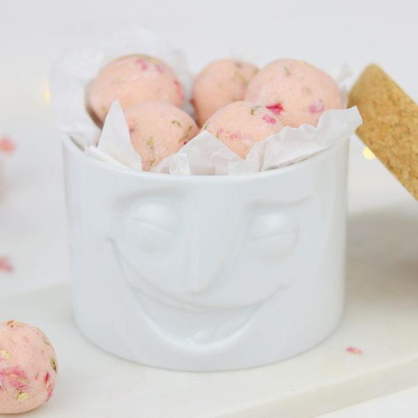 Selbstgemachte Badekugeln mit Blüten