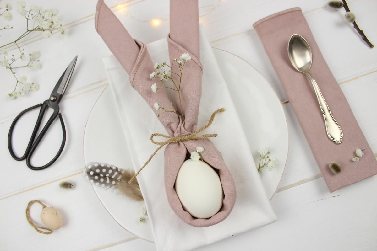 Tischdeko Osterhasen zu Oster, gefaltete Servietten