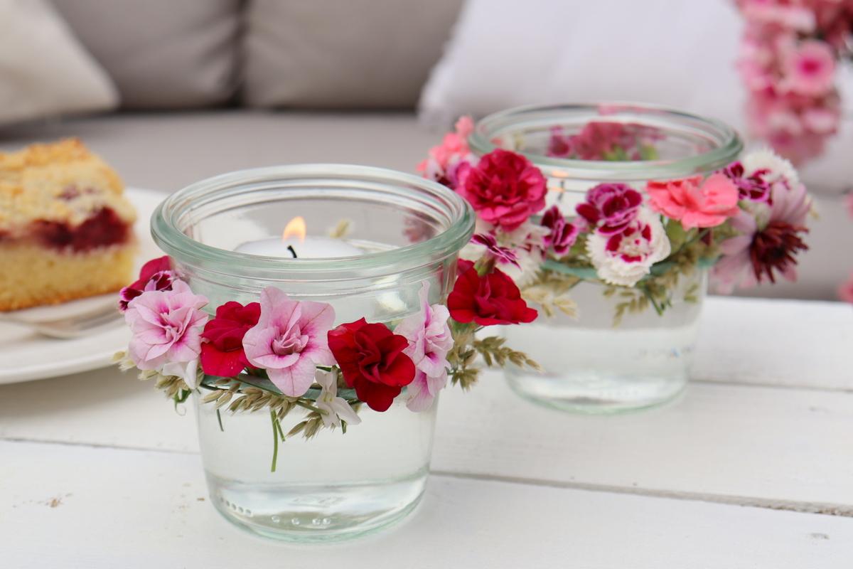 Windlichter mit Blumen / Blumenkranz verzieren