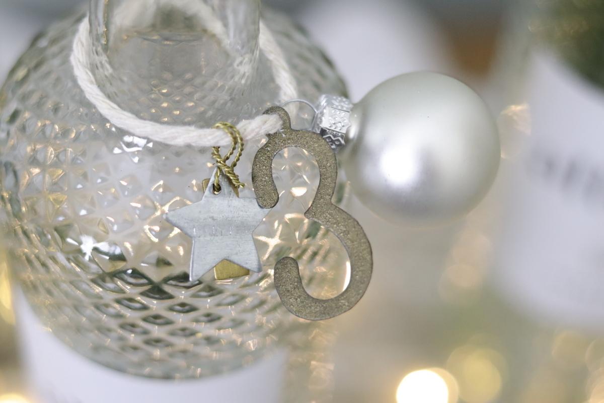 DIY selbstgemachter Upcycling Adventskranz aus Weinflaschen mit Tanne
