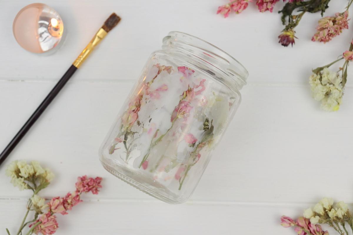 DIY Blumenkerze mit getrockneten Blumen in einem Einmachglas