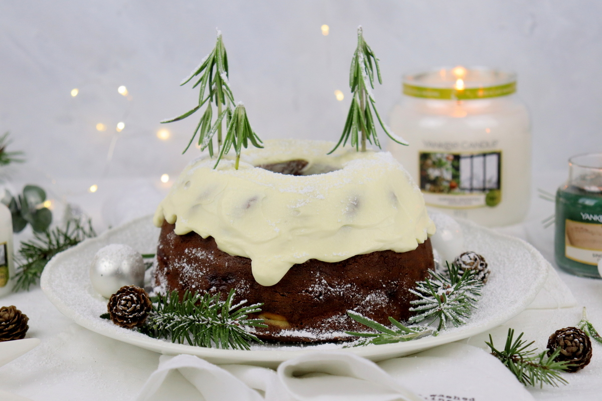 Rezept: Lebkuchen Gugelhupf mit einer Cheesecake-Kirsch-Füllung und Creme Topping
