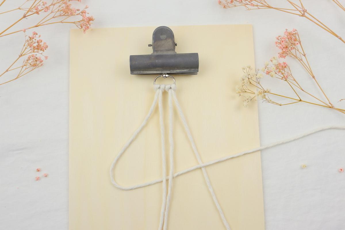 DIY selbstgemachter Makramee Schlüsselanhänger im Wellenknoten einfach