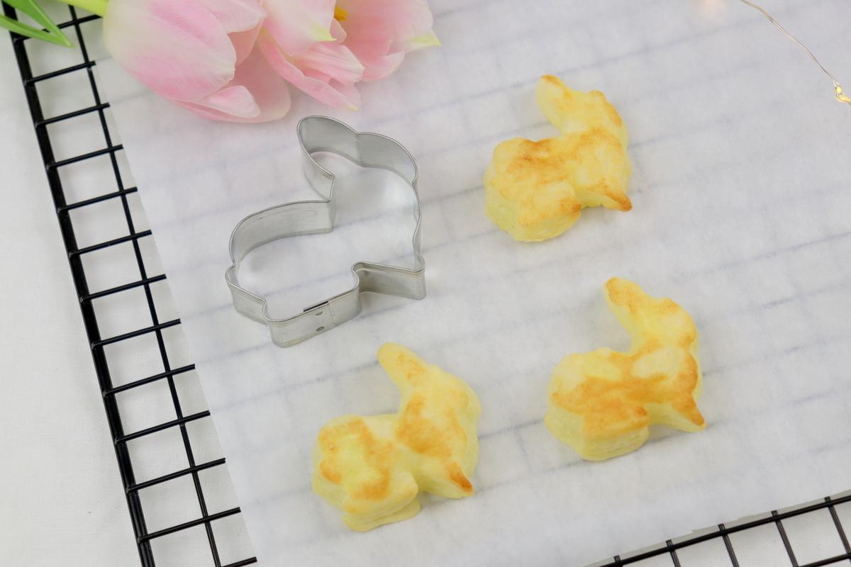 Rezept - leckere Osterhasen aus Blätterteig mit Buttercreme und Hagebutten-Konfitüre