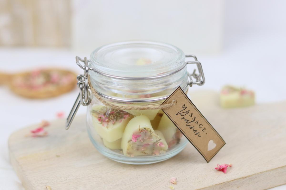 DIY - selbstgemachte Massagebar in Herzform mit Trockenblumen als Geschenkidee