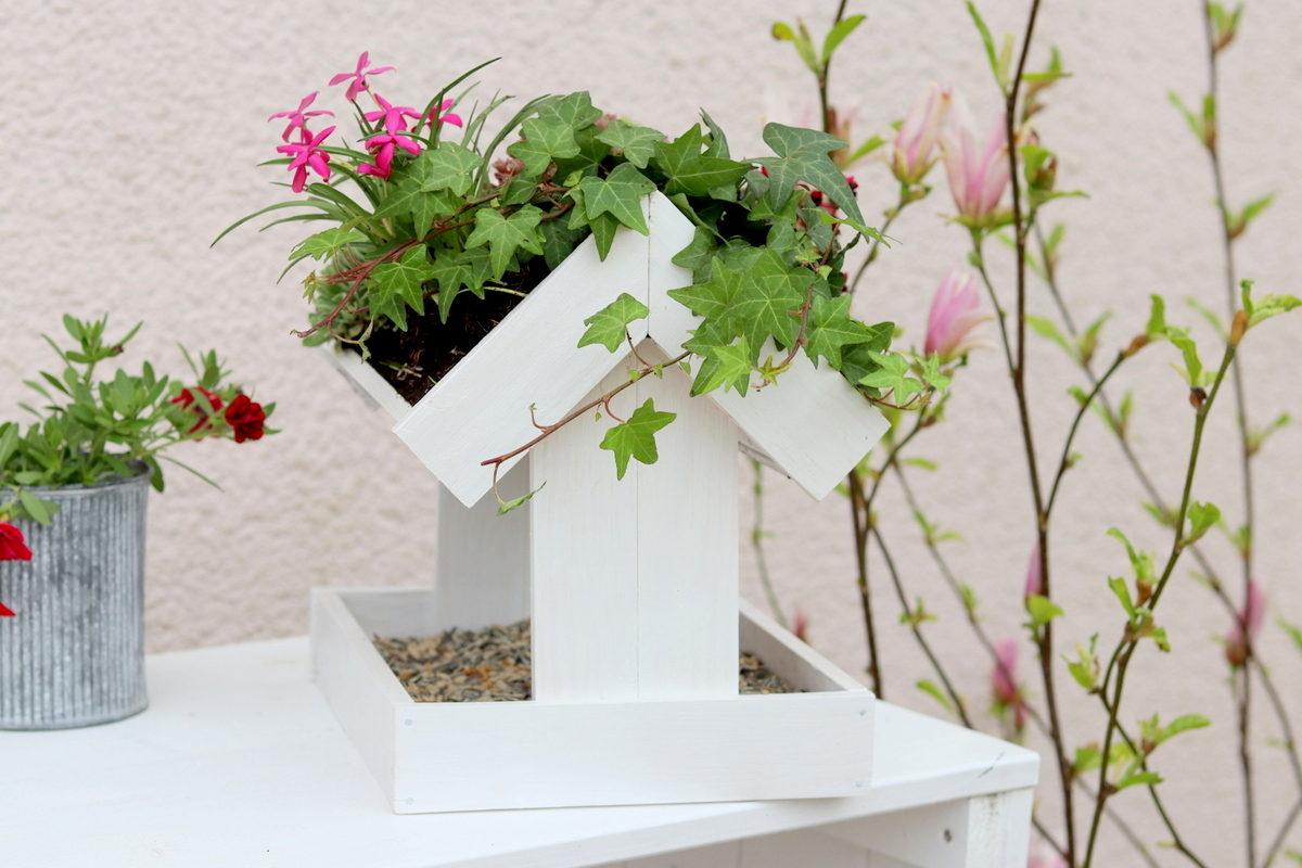 DIY selbstgebautes Vogelhaus mit bepflanztem Dach