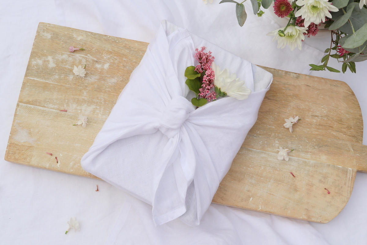 DIY - Geschenke nachhaltig mit Stoff und Blumen verpackt - eine kreative Geschenkidee